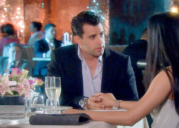 Christian de la Campa pidiéndole matrimonio a Scarlet Gruber en Tierra de Reyes
