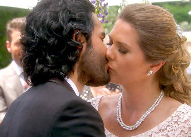 Fabián Ríos y Sonya Smith besándose en su boda en Tierra de Reyes