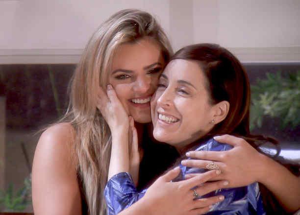 Isabella Castillo y Adriana Lavat abrazadas en Tierra de Reyes