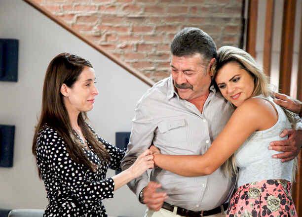 Guillermo Quintanilla abrazando a Isabella Castillo en Tierra de Reyes