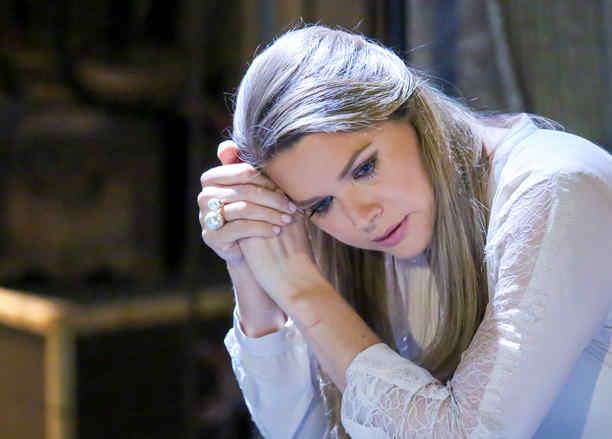 Sonya Smith pensativa en Tierra de Reyes