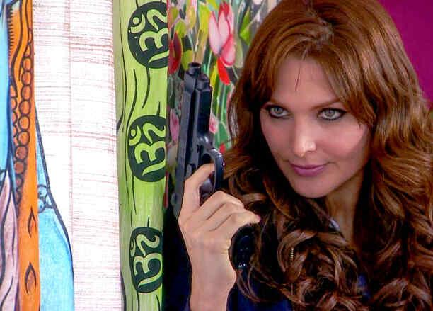Blanca Soto, Sara Aguilar, con pistola, Señora Acero 2
