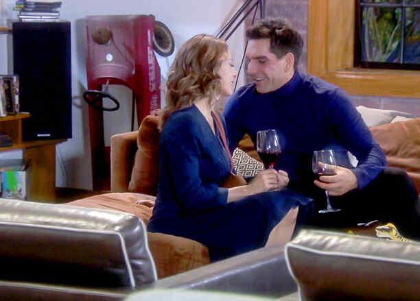 Edith González y Arap Bethke tomando vino en Eva La Trailera