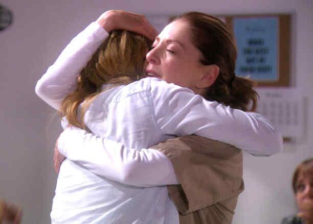 Edith González  abrazando a Minnie West en Eva La Trailera