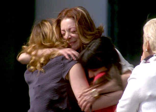 Eva sale de prisión y la reciben sus hijas en Eva La Trailera
