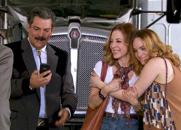 Roberto Mateos, Edith González y Minnie West tratan de comprar trailer en ELT