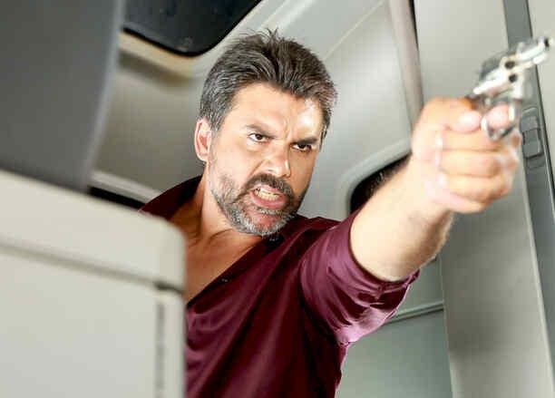 Jorge Luis Pila apunta con pistola a Eva y Pablo en Eva la Trailera