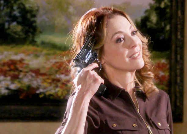 Edith González le muestra a Vanessa Bauche como acabar con su vida en Eva la Trailera
