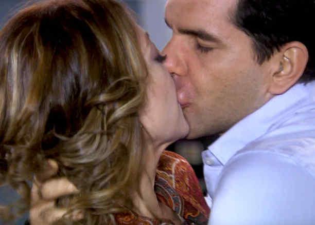 Arap Bethke besa a Edith González en Eva la Trailera