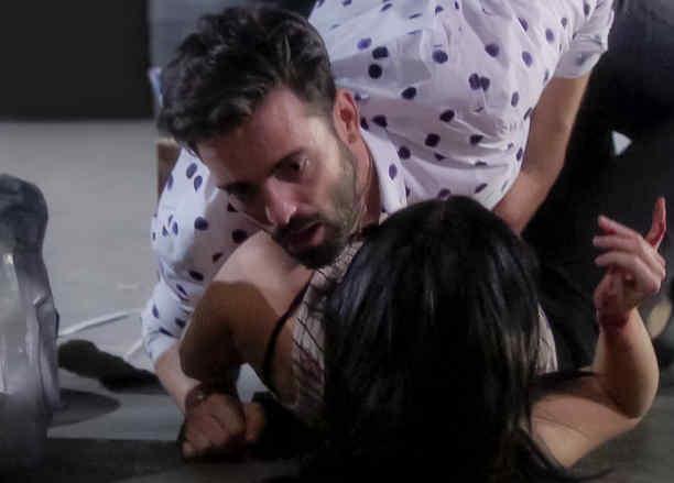 Ana Osorio le clava una botella en el abdomen a Antonio Gaona