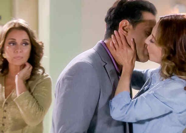 Omar Germenos y Edith González se besan en Eva la Trailera