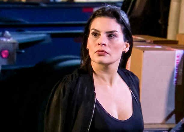 Descubren a María Raquenel sembrando droga a Eva la Trailera