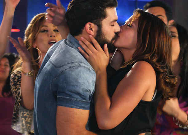 Adrian Di Monti, Carolina Miranda, besándose, Señora Acero 3 La Coyote