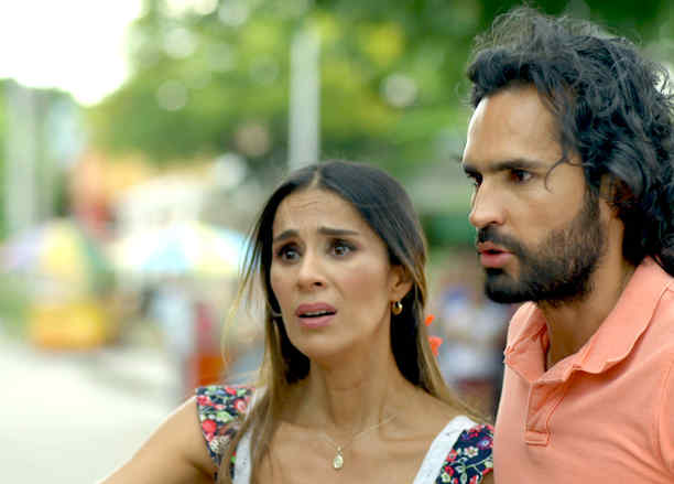 Fabian Rios y Catherine Siachoque detrás de cámaras en Sin Senos Sí Hay Paraíso
