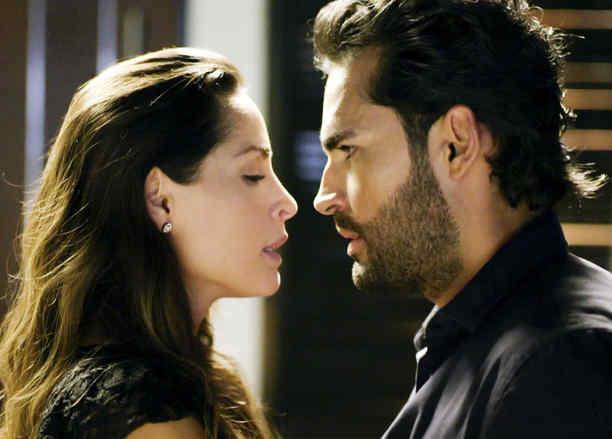 Carmen Villalobos y Fabián Ríos a punto de besarse en Sin Senos Sí Hay Paraíso 2