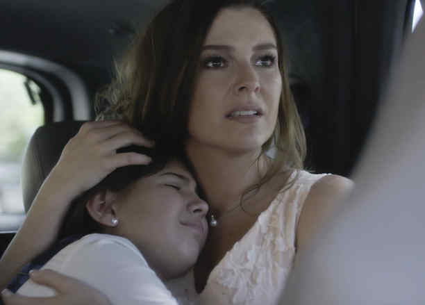 Marjorie de Sousa abrazando a Regina Orquin en Al Otro Lado del Muro