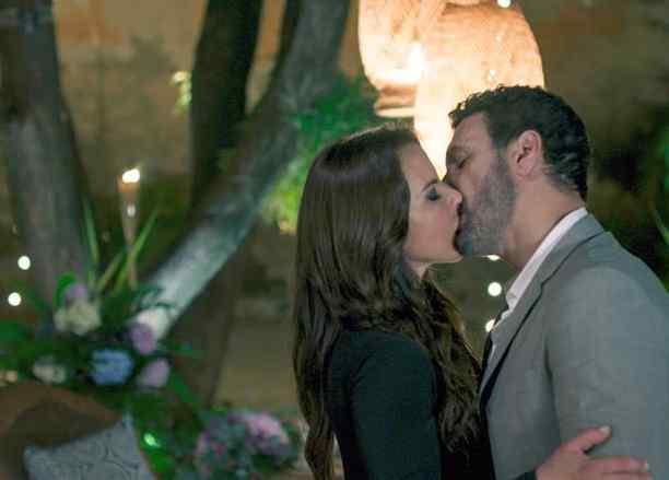 Teresa Mendoza besando a Francesco, La Reina del Sur 2