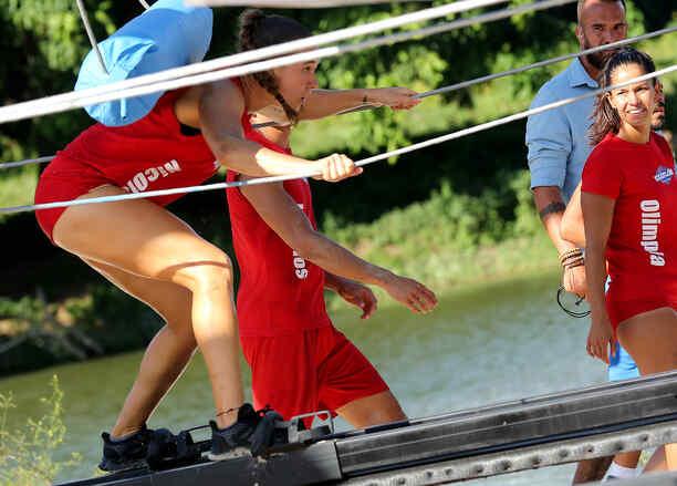 Nicole Regnier deslizándose en patines junto al río Chavón