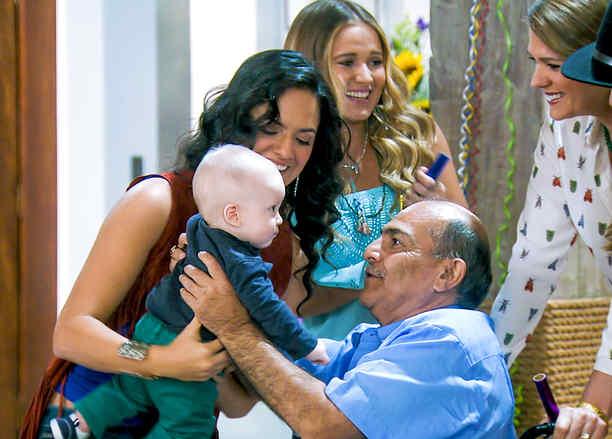 Joaquín Garrido cargando a un bebé y rodeado de sus nietas en Tierra de Reyes