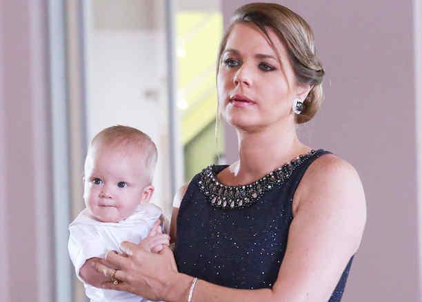 Sonya Smith vestida de negro cargando un bebé en Tierra de Reyes
