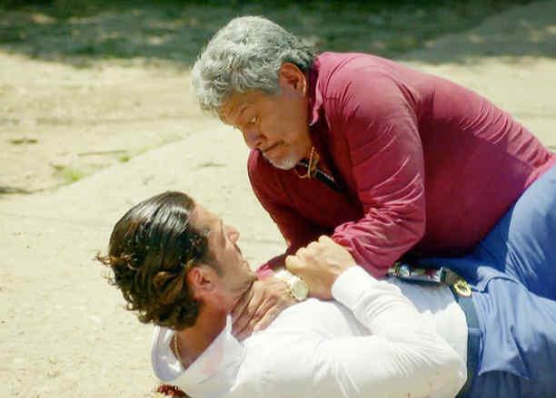 Gato Gordo y Titi peleando en Sin Senos Sí Hay Paraíso 2