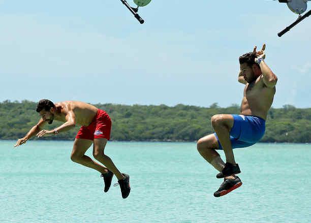 Alexander y Tavo se sueltan de la tirolesa en el mar Caribe