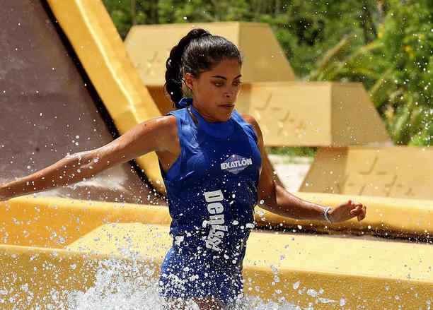 Denisse entra en la piscina en el circuito por el oro