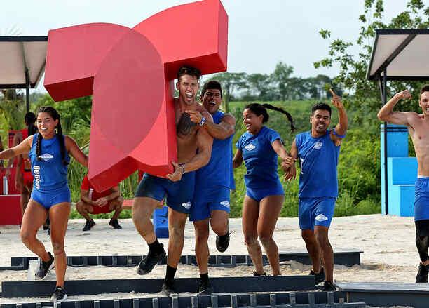 Contendientes celebran con el logo de Telemundo