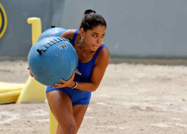 Denisse carga una pelota terapéutica