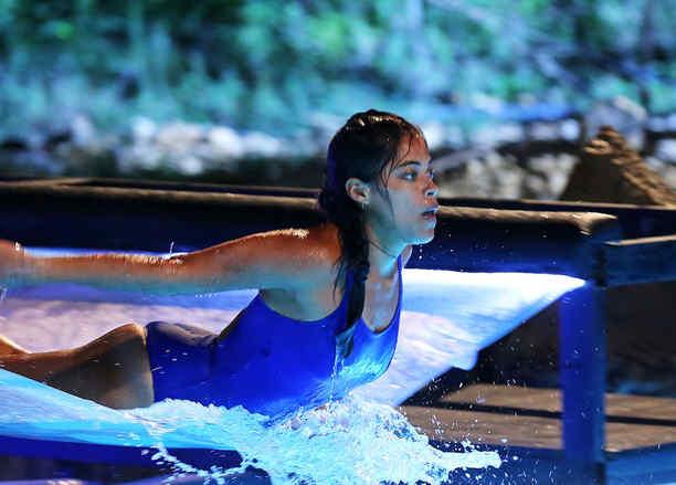 Denisse vuela sobre la piscina de la Mina