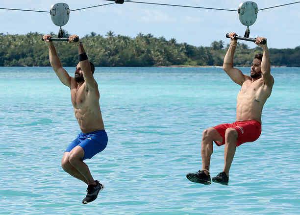 Tommy y Chuy en tirolesa sobre el mar Caribe