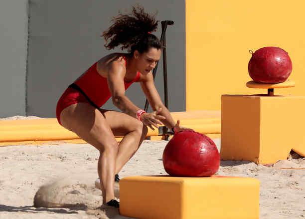 Alejandra Lara toma una pelota