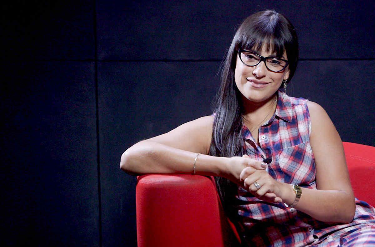 """Liz Gallardo sonriendo en entrevista de """"Bajo el mismo cielo"""""""