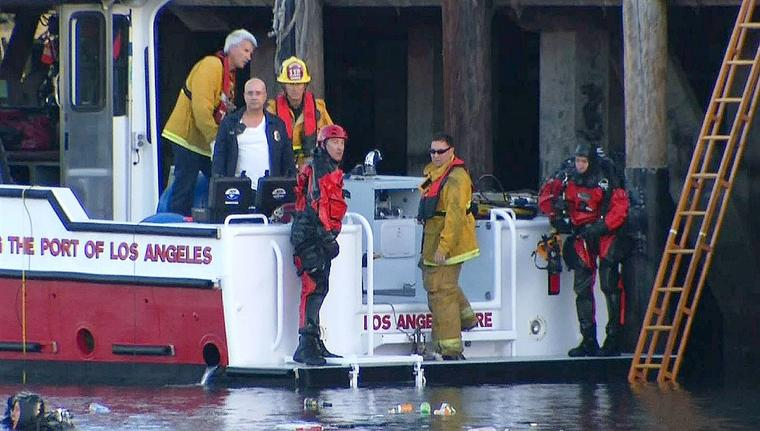 Rescatistas del Departamento de Bomberos de Los Ángeles sacaron a los dos menores del vehículo sumergido, el 9 de abril de 2015.