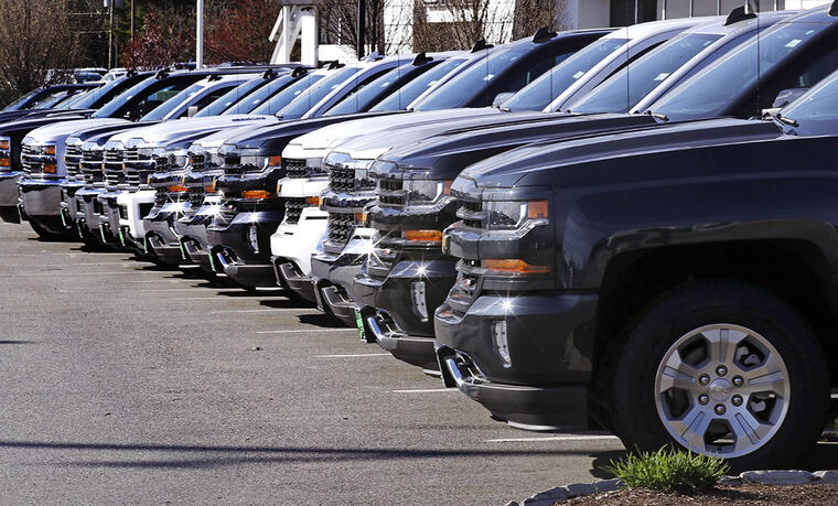 Varias camionetas Chevrolet Silverado permanecen en un concesionario en Manchester, New Hampshire.
