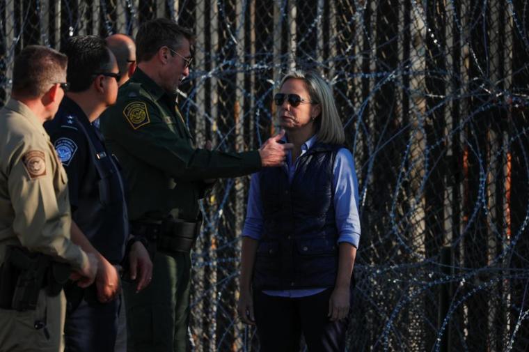 Kirstjen M. Nielsen, secretaria de Seguridad Nacional de EE. UU., visita este martes el muro fronterizo reforzado en el Parque Estatal Border Field en San Diego, California.