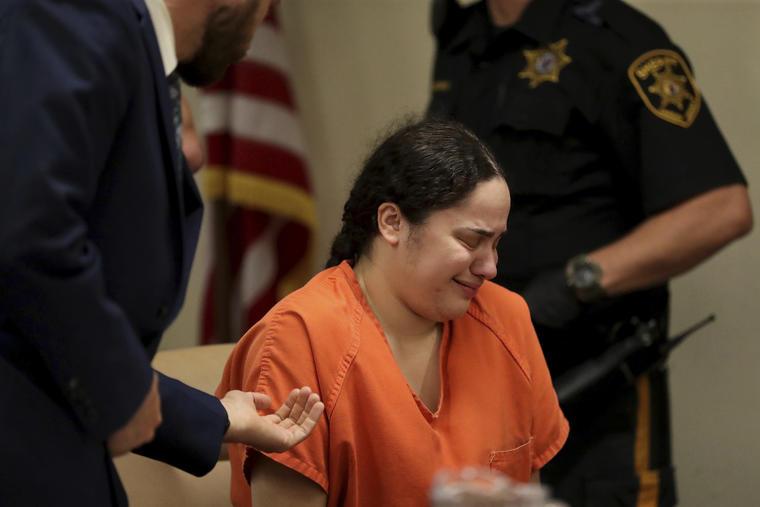 Amanda Ramirez, acusada de la muerte de su gemela idéntica, llora durante su audiencia de detención