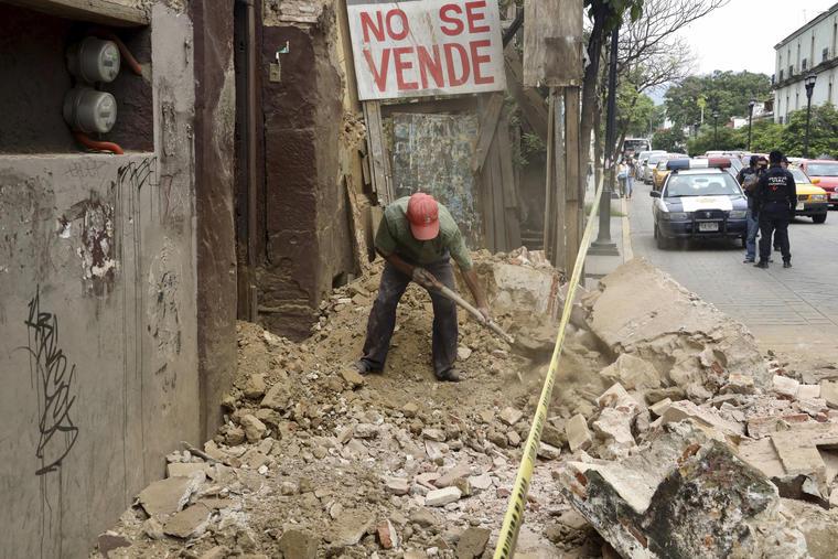 Un hombre retira los escombros de un edificio dañado por el sismo, en el estado de Oaxaca.