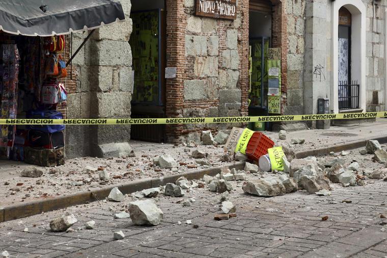 La cinta de seguridad rodea un edificio dañado por un terremoto en Oaxaca, México, martes 23 de junio de 2020.