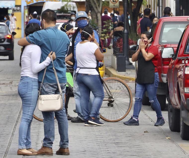 Personas en la calle se abrazan trs el sismo de este martes.