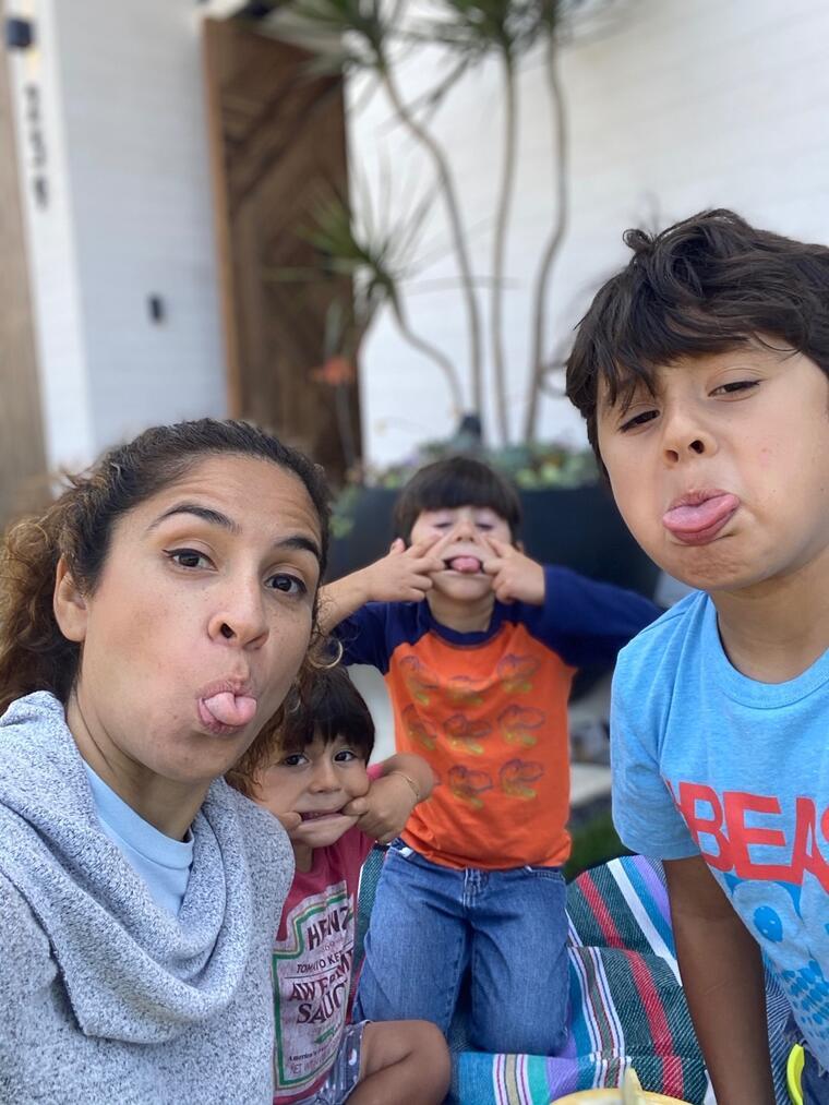 La doctora Sarah López junto a sus tres hijos, en California.