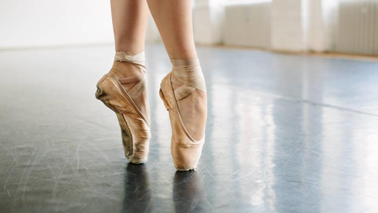 Bailarina de ballet en puntillas