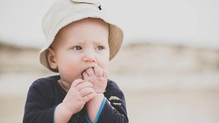 Bebé comiendo arena