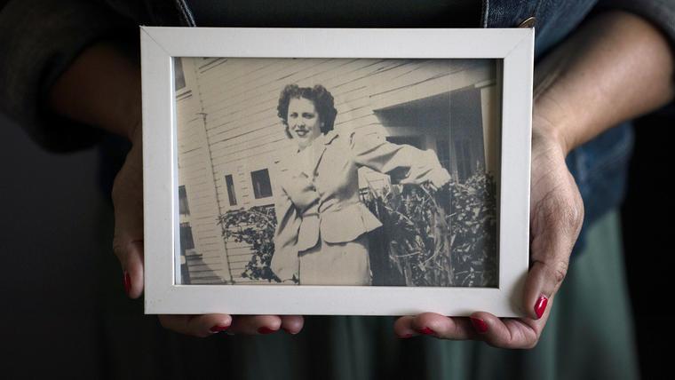 Stacy Cordova, cuya tía fue víctima del programa de esterilización forzada de California que comenzó en 1909, sostiene una foto enmarcada de su tía Mary Franco, el lunes 5 de julio de 2021 en Azusa, California.