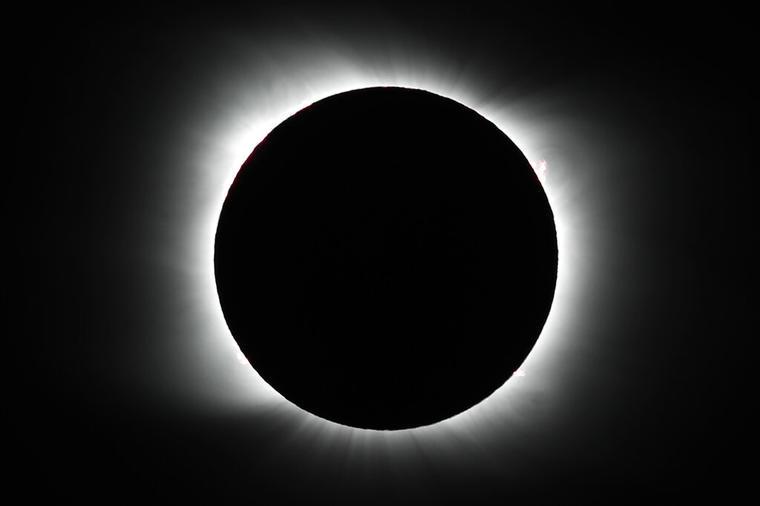 La luna cubre el sol durante un eclipse solar total en Piedra del Aguila, Argentina.