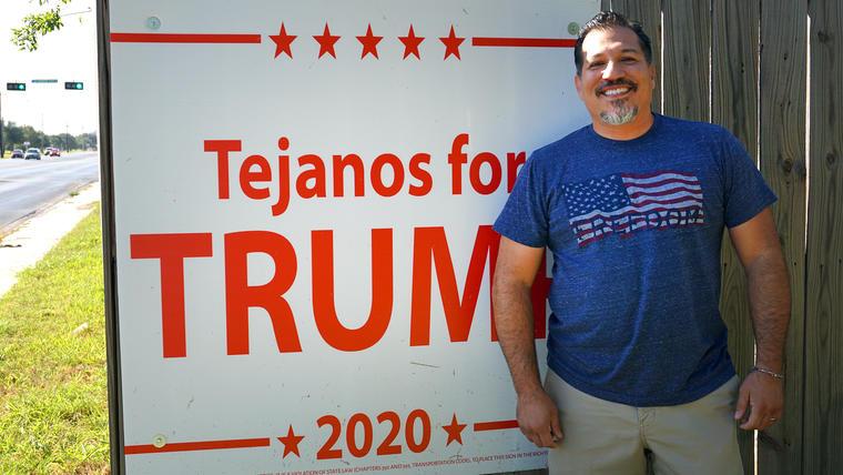 El votante republicano Tony Torres en su casa de McAllen, Texas.