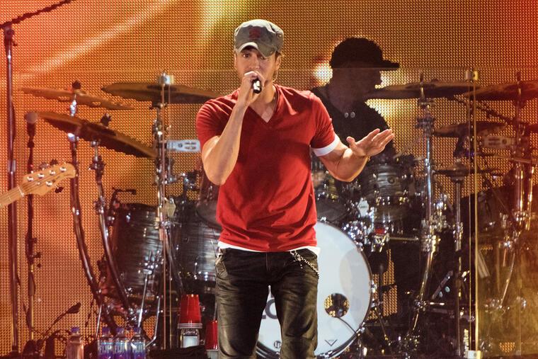 Enrique Iglesias en su concierto en el Allstate Arena