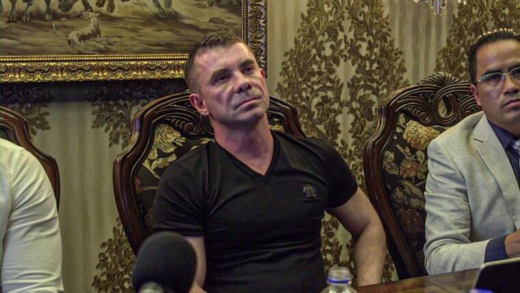Florian Tudor en una conferencia de prensa celebrada en su casa, en marzo de 2020, durante la que afirmó que fue robado y torturado por la policía.