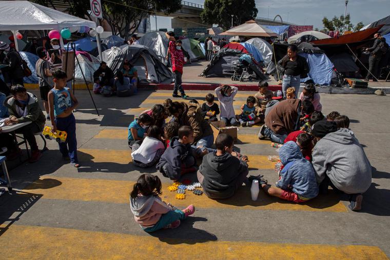 Niños de Centroamérica aprenden y juegan en un campamento de migrantes en Tijuana, México