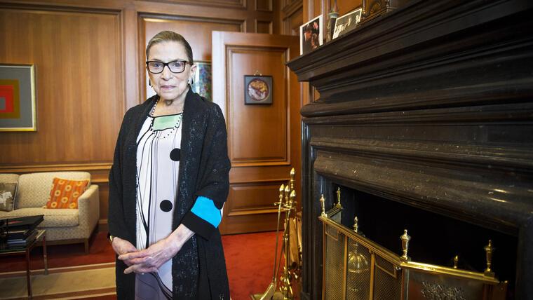ARCHIVO - Esta imagen del 31 de julio de 2014 muestra a la magistrada Ruth Bader Ginsburg, dela Corte Suprema de Estados Unidos,. Ginsburg fue sometida a una angioplastia en la arteria coronaria derecha. Kathy Arberg, portavoz del tribunal, dijo que Ginsburg, de 81 años, fue operada el miércoles por la mañana tras descubrírsele un bloqueo coronario. (Foto AP/Cliff Owen, Archivo)